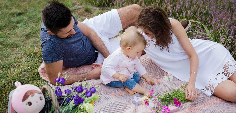 Sesja rodzinna w klimatycznym ogrodzie. Jak zaplanować zdjęcia na roczek w plenerze.