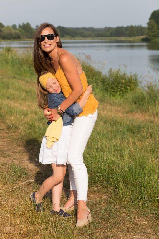 zdjęcie mamy z córką podczas sesji latem w plenerze
