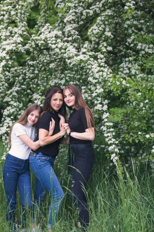 mama i córki w trakcie sesji zdjęciowej, sesja na dzień mamy