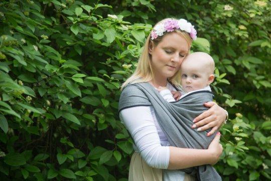 sesja chustowa  portret mamy i dziecka