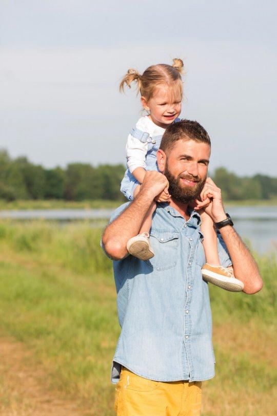 Zdjęcie taty i córki, sesja rodzinna w plenerze
