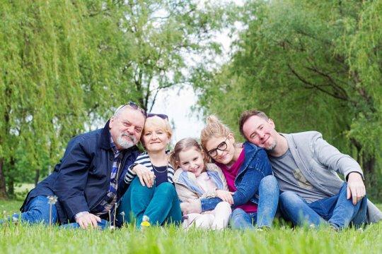 sesja pokoleniowa, zdjęcie dziewczynki z dziadkami i rodzicami