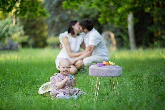Sesja urodzinowa zdjęcia rodzinne w parku