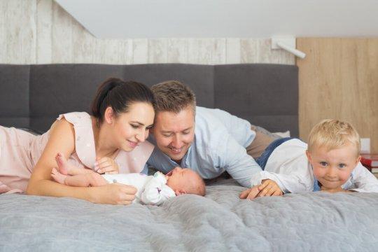 Sesja zdjęciowa z noworodkiem w domu