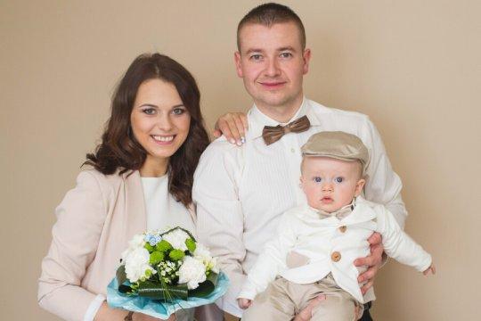 zdjęcie rodziny podczas przygotowań do chrztu w domu