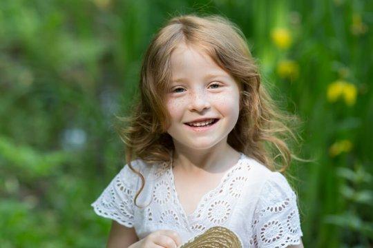 portret dziewczynki na kwiecistej łące, sesja dziecięca śląsk