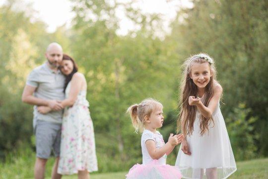 naturalna sesja rodzinna w plenerze